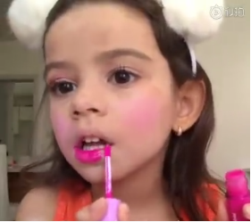 小孩使用润唇膏