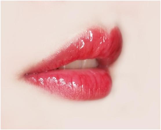 打造玻璃唇的XLIPS PLUMPER 阿米娅丰唇润唇精华液